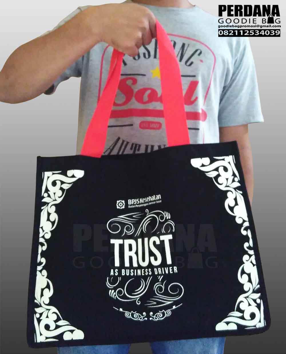 tas bahan kanvas trust cempaka putih