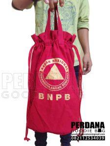 pouch serut bahan kanvas dengan tali jinjing Q3707